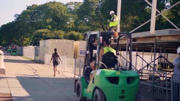 Camiones elevadores verdes moviéndose en Grant Park