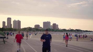 pessoas andando e correndo na praia da avenida norte chicago
