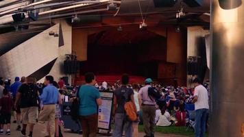pessoas em auditório ao ar livre no parque do milênio