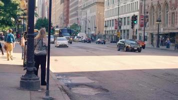 automobili e autobus per le strade di chicago
