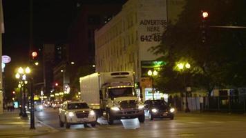 foto noturna de carros e ônibus nas ruas de Chicago