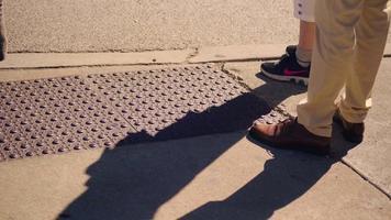 Detalle de zapatos y sombras en la acera