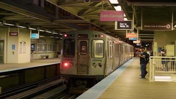 foto noturna de trem saindo da estação