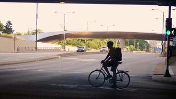 ciclista em um túnel esperando para atravessar a rua