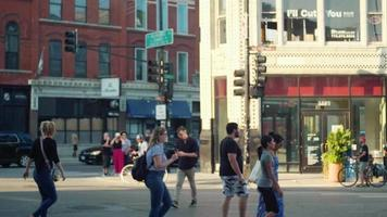 Menschen, die auf dem Zebrastreifen in Chicago gehen und Fahrrad fahren
