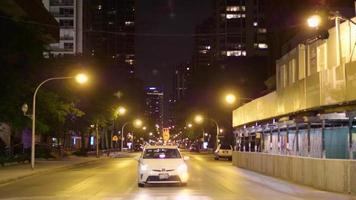 foto noturna de um carro esperando o sinal verde nas ruas de chicago