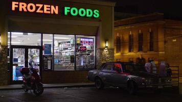 Fotografía nocturna del frente de una tienda de alimentos en Chicago