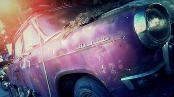 Viejo coche oxidado roto en el patio de demolición