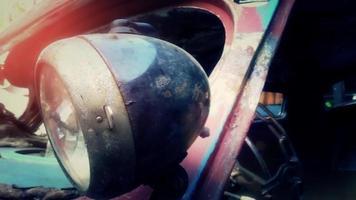 carro velho e enferrujado no pátio de demolição