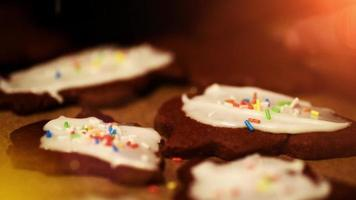 glacê sendo adicionado a biscoitos de natal recém-assados