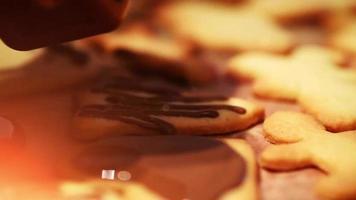 adicionar chocolate a biscoitos de natal recém-assados