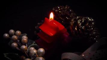 pessoa soprando uma vela da árvore de natal