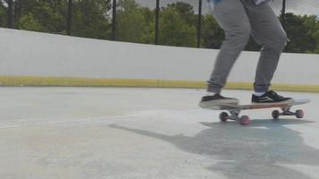 joven haciendo un truco de skate sobre dos ruedas y cayendo