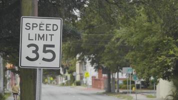 clipe de mão de um sinal de limite de velocidade em paisagem urbana video
