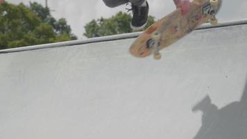 close-up de homem com chapéu subindo uma rampa e caindo video