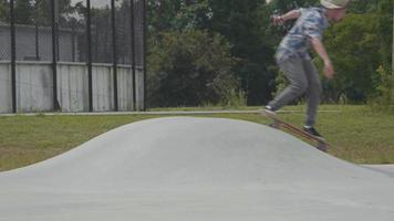 jovem patinando em uma pequena rampa em uma pista de skate video