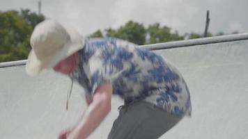 close-up de jovem subindo uma rampa e caindo video