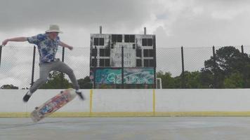 joven haciendo un truco de skate y manteniendo el equilibrio
