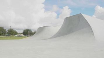 foto de viagem mostrando quarter pipes e rampas em pista de skate video