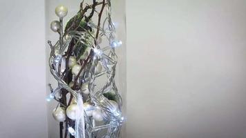 close up de decoração branca com luzes em frasco de vidro