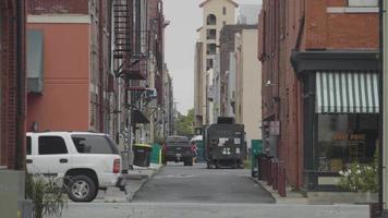 clipe de mão por becos da Geórgia com carros e pessoas em primeiro plano video