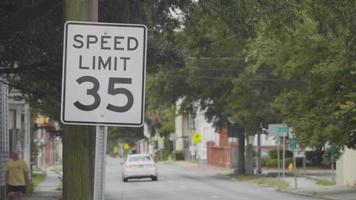 sinal de limite de velocidade na rua em câmera lenta video