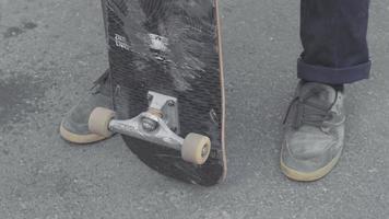 Nahaufnahme von Mannfüßen, die ein Skateboard bewegen