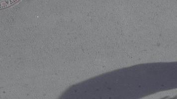 visão de alto ângulo do homem patinando na rua