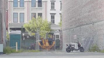 Mann, der Skateboardtricks mit Gebäuden im Hintergrund macht