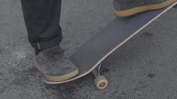 Cerca del hombre pies y patineta en la calle