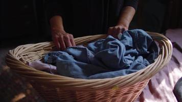 clipe de mão de mulher com cesto de roupa suja