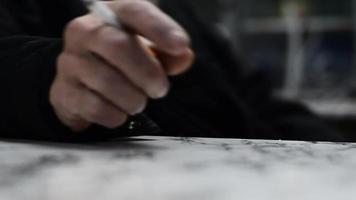 mão com cigarro video