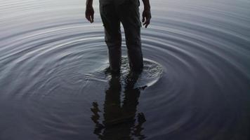 colpo medio della vecchia signora che cammina nel lago video