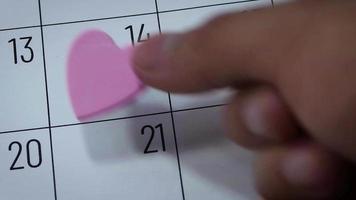 Calendario del mes de febrero con corazón rosa claro