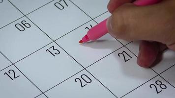 Calendario del mes de febrero con símbolos de mujer.