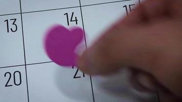 Calendario del mes de febrero con corazón rosa