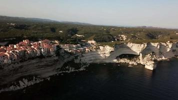 drone volant à côté de la ville sur une falaise en 4k