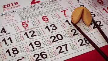 Cerca de la mujer colocando un cerdito dorado en el calendario