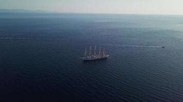 voando em direção a um veleiro em 4k video