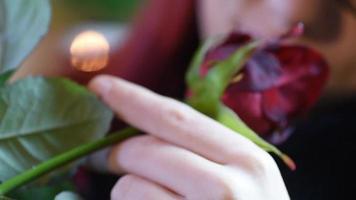 presente de dia dos namorados. jovem cheirando uma rosa vermelha