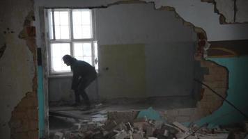 homem deprimido e zangado atira brett pela sala em uma casa abandonada video