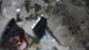 homem deprimido e zangado olhando cacos de vidro video