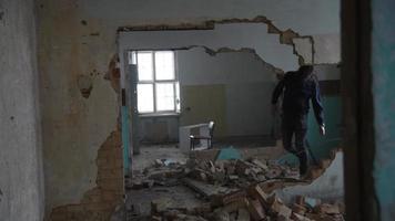 Hombre deprimido y loco tropieza con la vieja casa abandonada