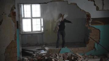 homem deprimido e louco atira pedras em uma velha casa abandonada video