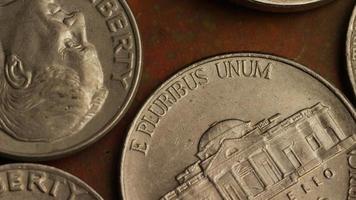 Imágenes de archivo giratorias tomadas de monedas monetarias estadounidenses - dinero 0309 video