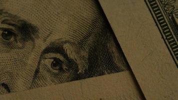 rotação de imagens de estoque de papel-moeda americano em um fundo de escudo de águia americana - dinheiro 0416