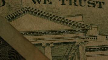 rotação de imagens de estoque de papel-moeda americano em um fundo de escudo de águia americana - dinheiro 0417
