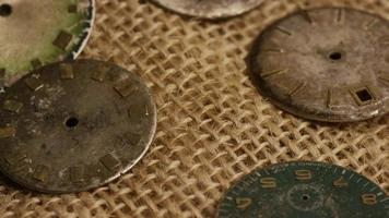 Imágenes de archivo giratorias tomadas de caras de relojes antiguas y desgastadas: caras de relojes 018 video