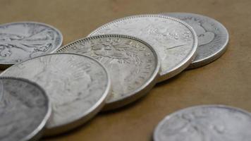Imágenes de archivo giratorias tomadas de monedas americanas antiguas - dinero 0118 video