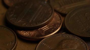 rotierende Stock Footage Aufnahme von amerikanischen Pennys (Münze - 0,01 $) - Geld 0186
